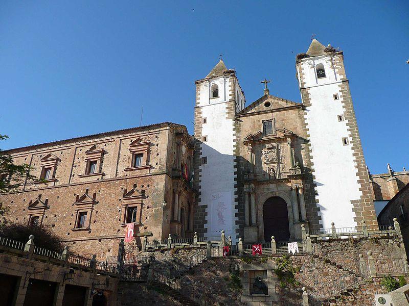 800px-Iglesia_de_San_Francisco_Javier_en_Cáceres